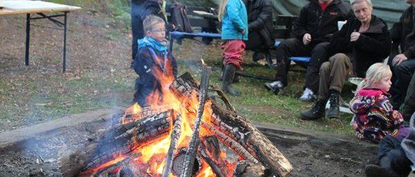 Dagen afsluttes med lejrbål