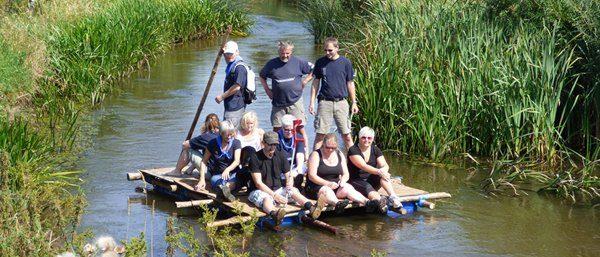 Runehugger på deres hjemmelavede tømmerflåde